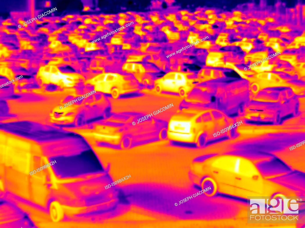 Imagen: Thermal image of cars in car park.
