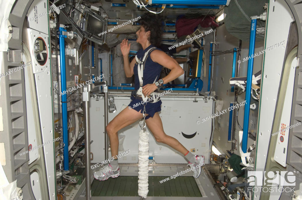 Photo de stock: NASA astronaut Sunita Williams, Expedition 32 flight engineer, equipped with a bungee harness, exercises on the Combined Operational Load Bearing External.