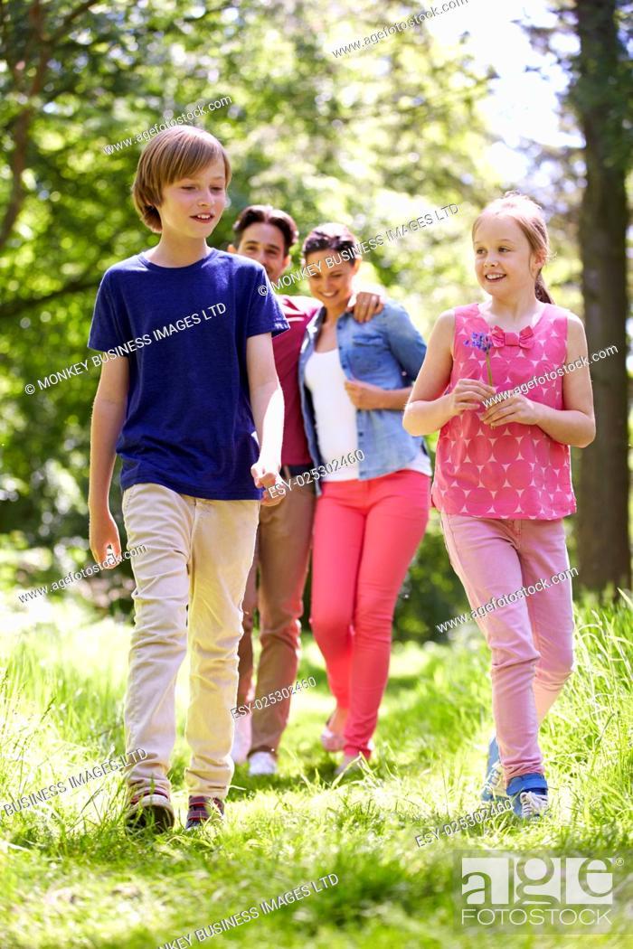 Imagen: Family Walking Through Summer Countryside.