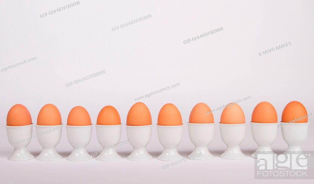 Imagen: Row of Brown Eggs in Egg Holders.
