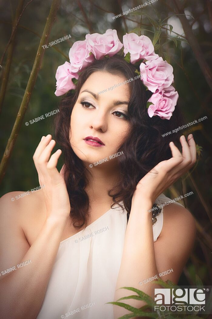 Imagen: female with brown hair wearing roses in her hair.