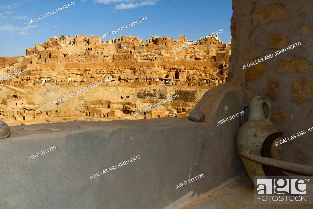 Imagen: Africa, Tunisia, Mountainside Berber Village of Chenini, Troglodyte Cave dwellings, Pottery.