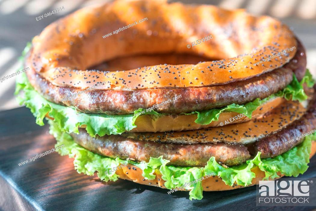 Imagen: Bagels with fresh lettuce and fried sausage.
