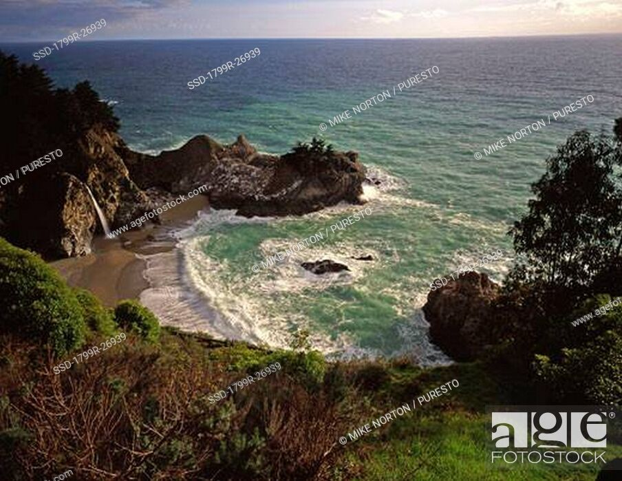 Imagen: High angle view of a waterfall, McWay Falls, Julia Pfeiffer Burns State Park, Big Sur, California, USA.