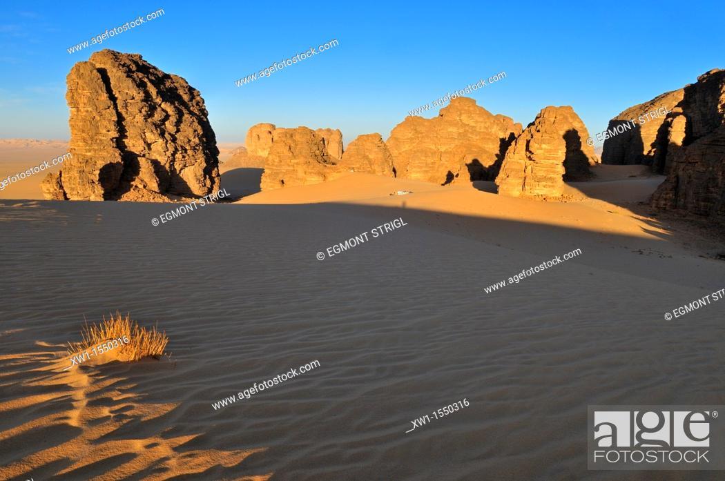 Imagen: tourist camp in Tassili n' Ajjer National Park, Unesco World Heritage Site, Wilaya Illizi, Algeria, Sahara, North Africa.