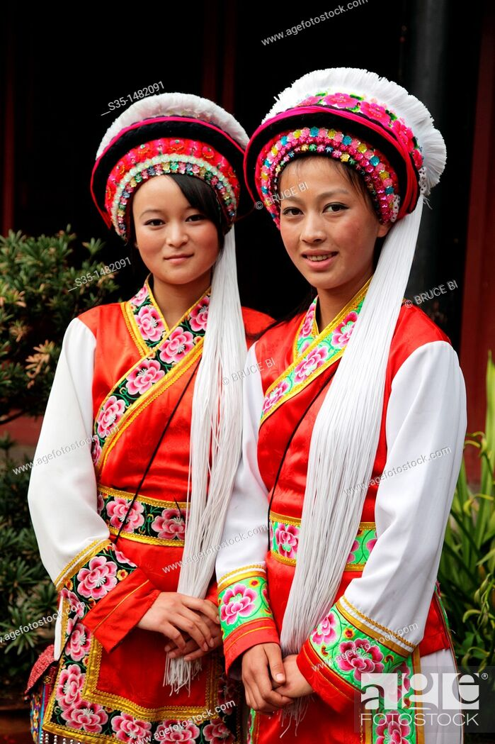 Imagen: Two girls from Bai Ethnic group dressed in traditional costumes (Bai is one of the 56 ethnic groups officially recognized by the Chinese government).