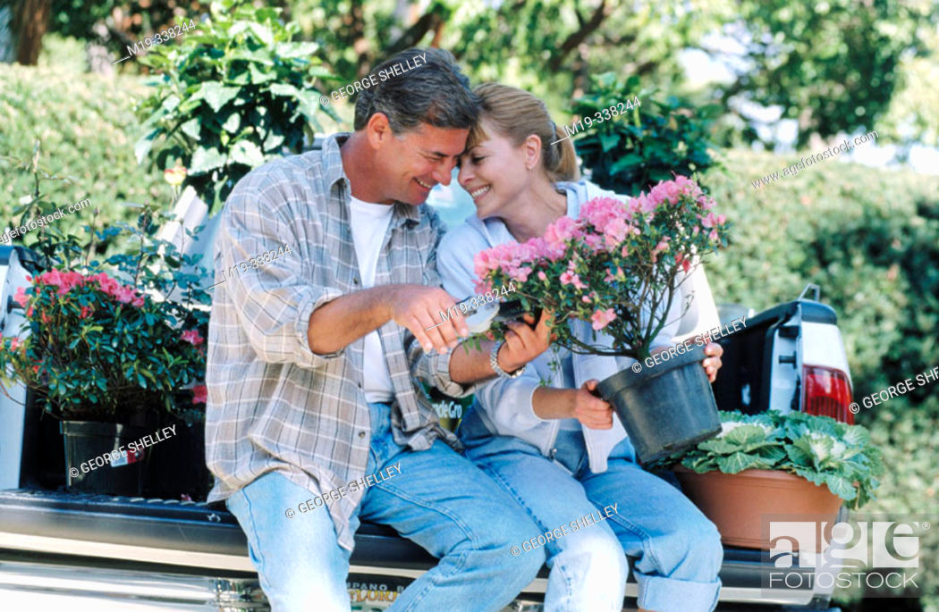 Imagen: couple with flowers.