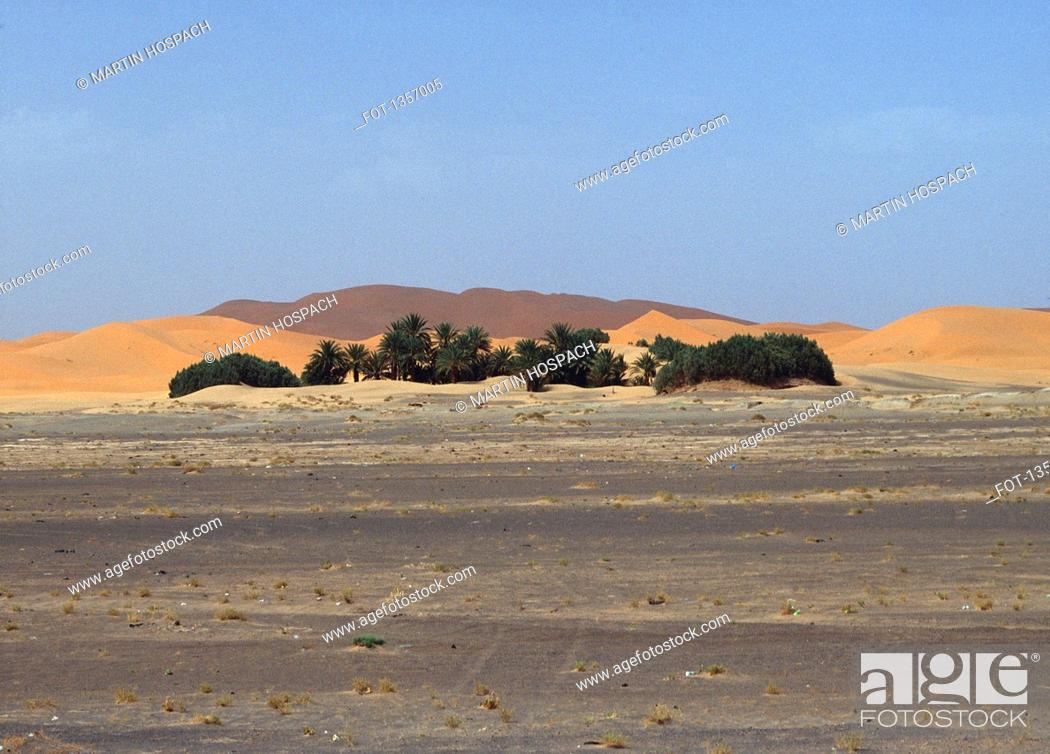 Photo de stock: Street and sand mountains in desert against clear sky, Sahara, Al Haouz Province, Morocco.