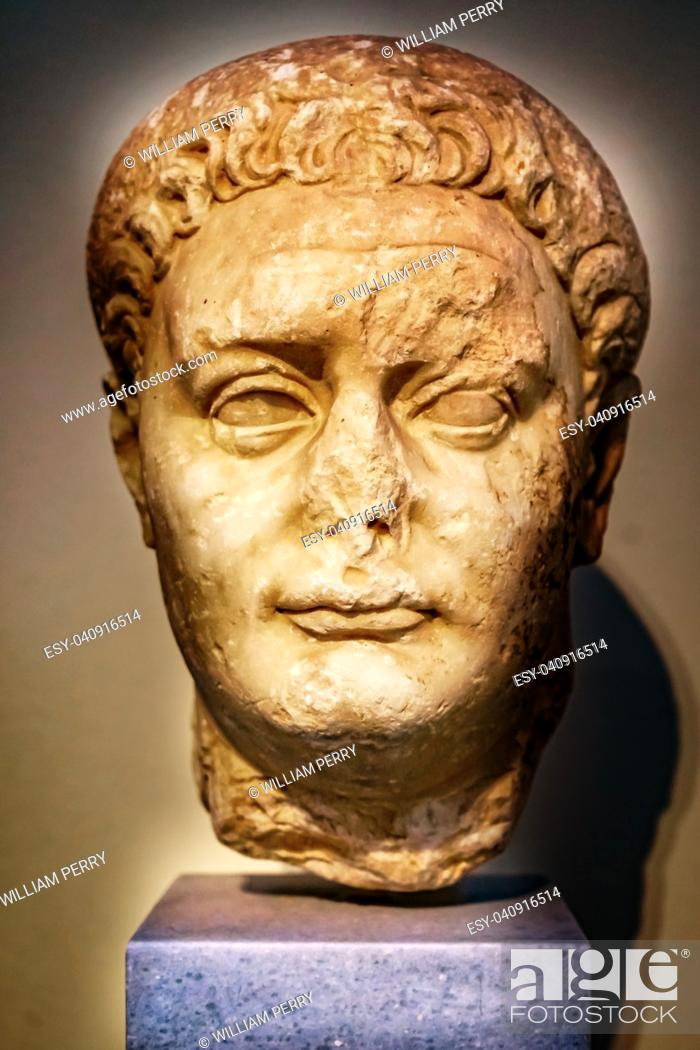 Imagen: Emperor Domitian Statue National Archaeological Museum Athens Greece. From 81-96 AD.