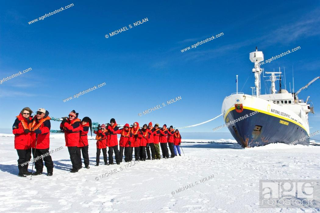 Imagen: Lindblad Expeditions guests doing various and fun things in Antarctica as part of expedition travel.