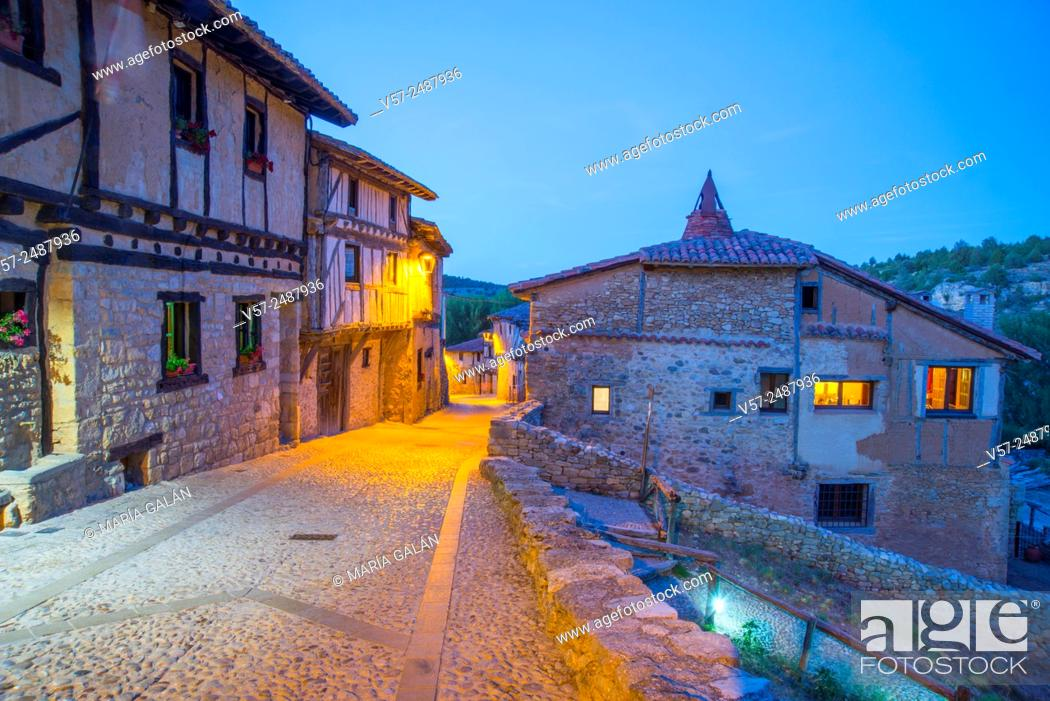 Imagen: Mayor street, night view. Calatañazor, Soria province, Castilla Leon, Spain.