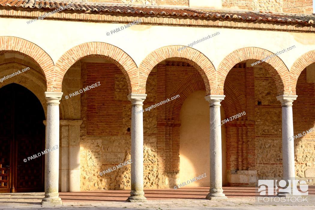 Imagen: Portic of the parish church of Santa Maria in Olmedo, Valladolid, Spain.