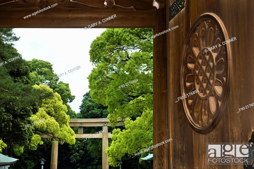 Imagen: Carved wood doorway at Meiji Shrine in Tokyo, Japan.