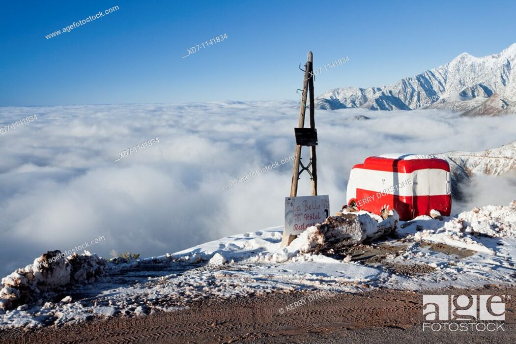 Imagen: Morocco High Atlas Mountains Views from near the summit of Tizi-n-Test Pass with abandoned van.