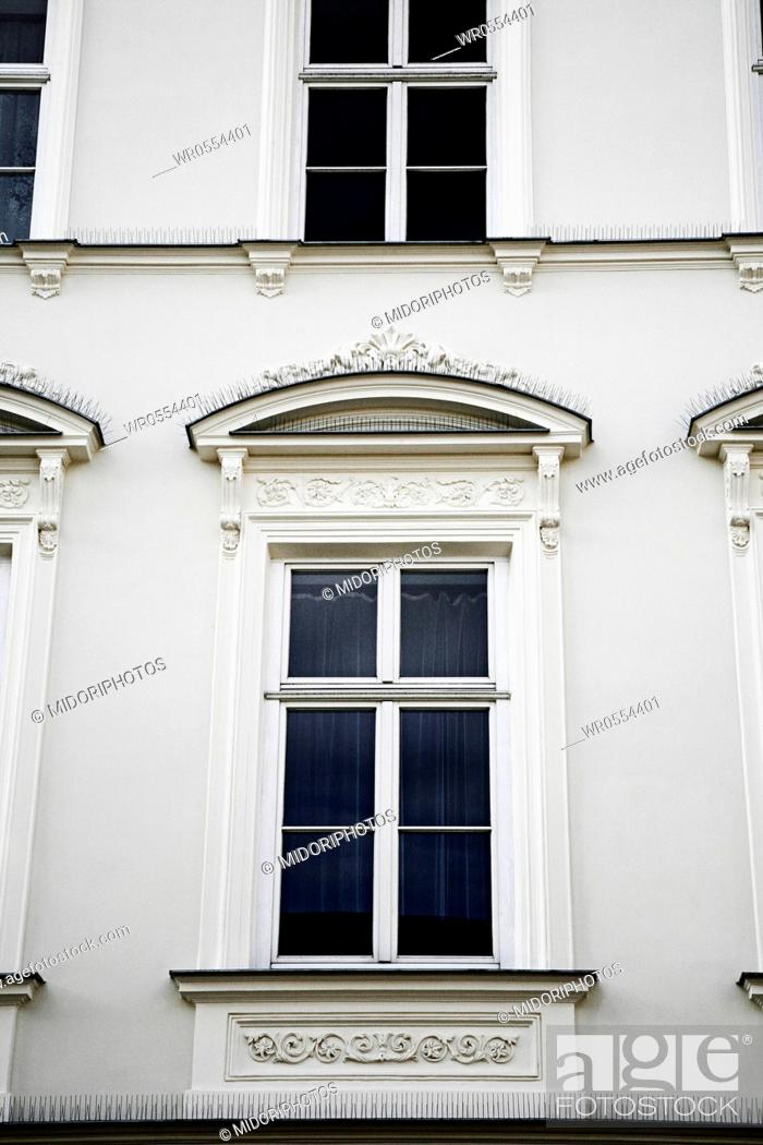 Imagen: Large window in old style.