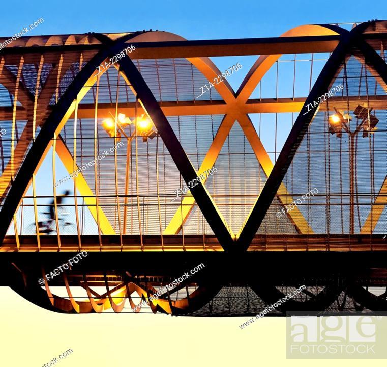 Imagen: Cyclist passing by the Arganzuela bridge, designed by architect Dominique Perrault. Madrid Rio Park. Madrid. Spain.