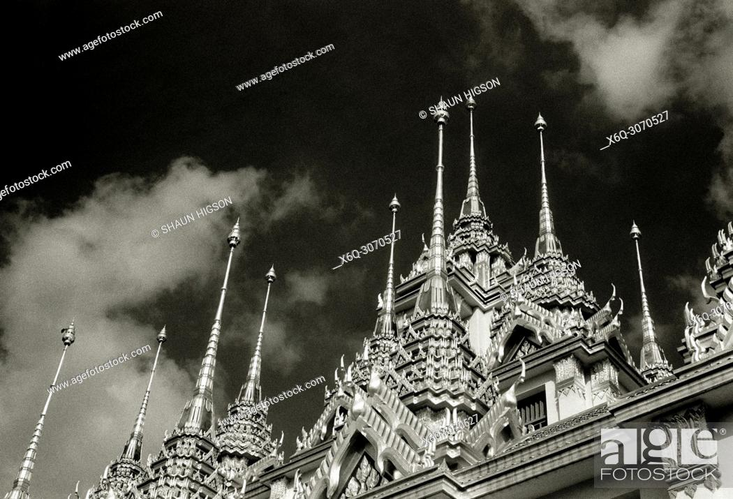 Imagen: Spires of the Buddhist temple Loha Prasat Metal Castle of Wat Ratchanadda in Bangkok in Thailand in Southeast Asia Far East.