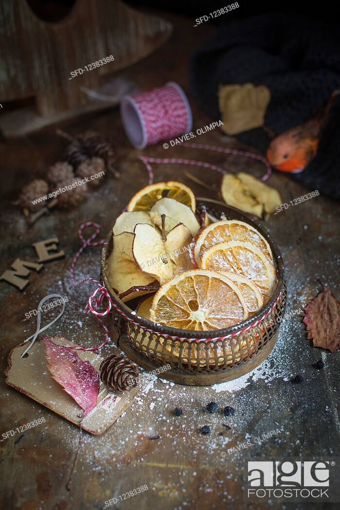 Photo de stock: Dried apples and oranges for Christmas.