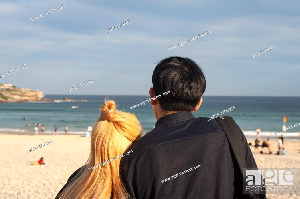 Imagen: Sydney, New South Wales, Australia - A couple looks at the sea on famous Bondi Beach. ++[Third party rights not with photographer.