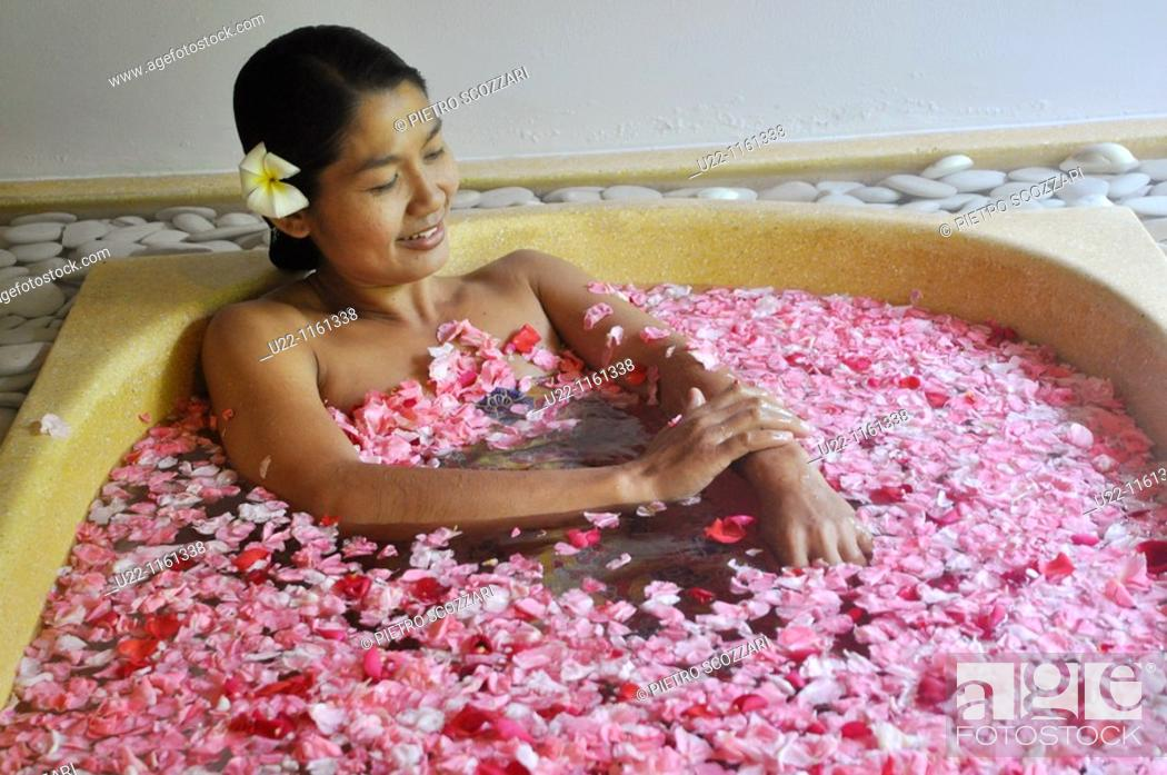 Stock Photo: Ubud (Bali, Indonesia): bath between flowers at the Ubud Hanging Gardens Hotel's Ayung Spa.