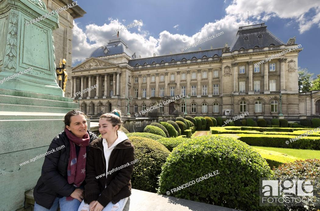 Photo de stock: Mother and daughter next to the royal palace with its gardens in Brussels capital of Belgium.