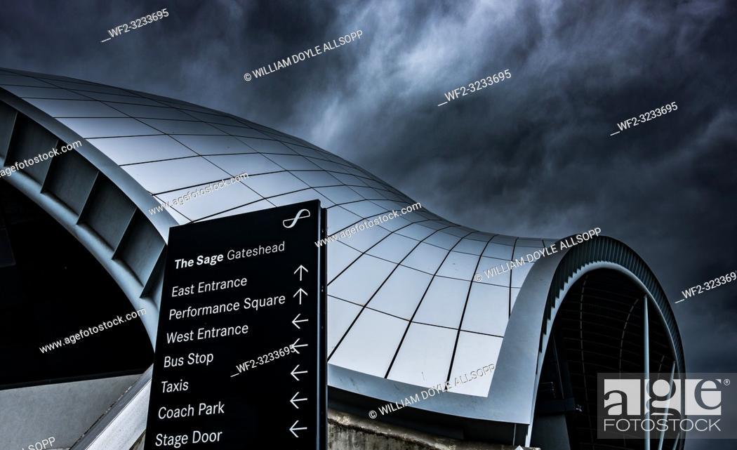Imagen: The Sage Gateshead under a stormy sky.