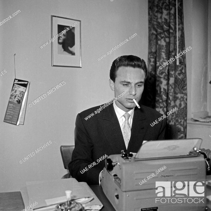 Imagen: Der französische Sänger Johnny Grey am Schreibtisch an der Schreibmaschine, Deutschland 1950er Jahre. French singer Johnny Grey on his disk with a type writer.