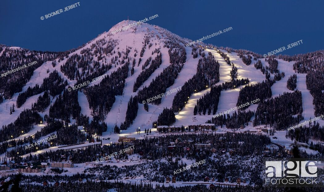 Imagen: Night Skiing runs light up on Mount Washington ski resort as dusk settles on the popular Vancouver Island ski resort., The Comox Valley, Vancouver Island.
