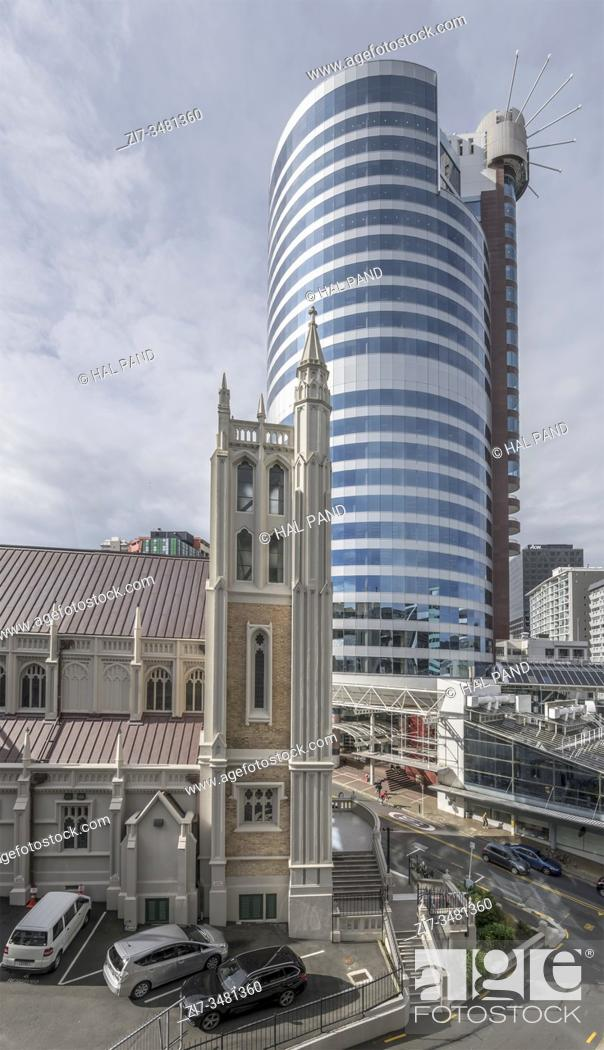 Imagen: WELLINGTON, NEW ZEALAND - November 12 2019: cityscape with modern skyscraper and old St. Mary of the Angels church bell tower.
