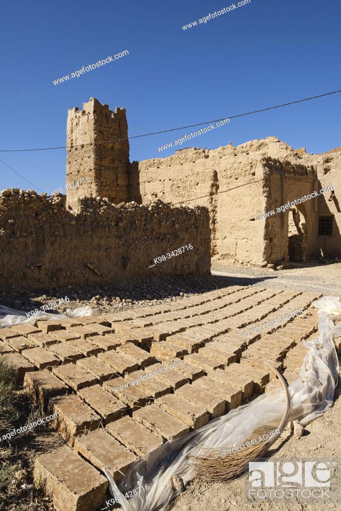 Imagen: ladrillos de adobe para construccion, kasbah de Ifri, valle del río Ziz, cordillera del Atlas, Marruecos, Africa.