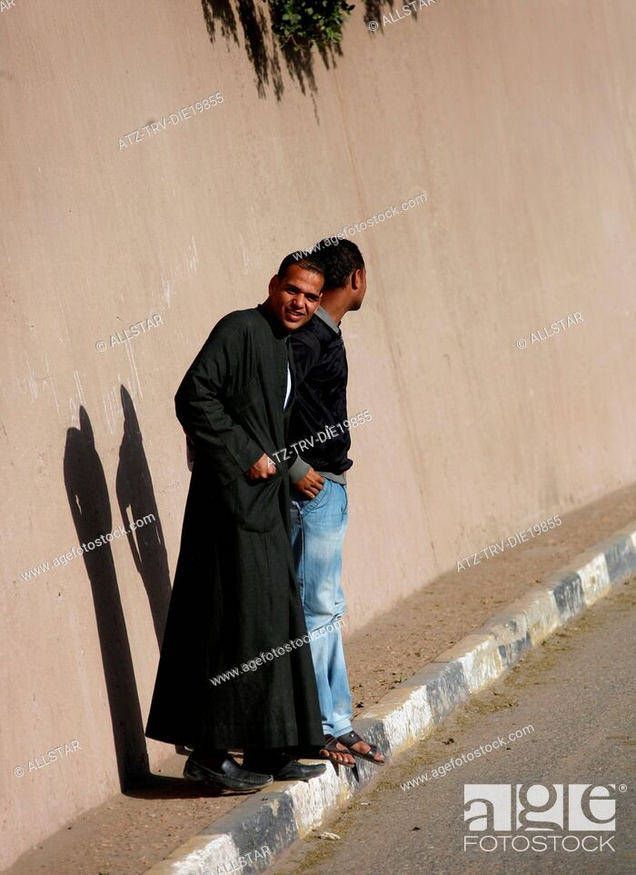 Imagen: YOUNG MUSLIM MEN & SHADOWS; EDFU, EGYPT; 09/01/2013.