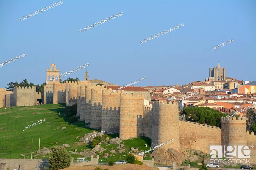 Photo de stock: The Espadaña -bell gable- on the left and the Cathedral of Christ the Saviour on the right. The fortified city of Avila, Castilla-Leon, Spain, Europe.