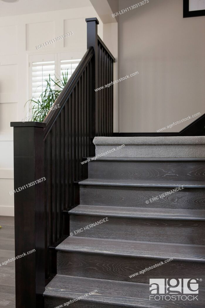 Imagen: Wooden stairs and railing in house.