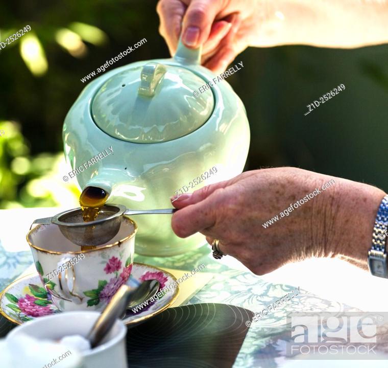Imagen: Pouring tea at Ludham village tearoom. Norfolk broads England UK.