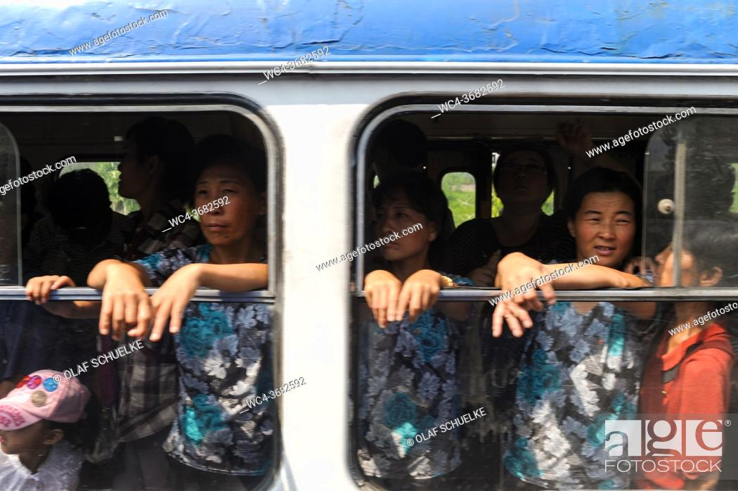 Imagen: Pyongyang, North Korea, Asia - Commuters look out of an open window of a fuly occupied tram in the centre of the North Korean capital city.