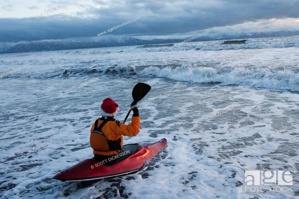 Imagen: Kayak surfer entering the surf in Kachemak Bay, South-central Alaska, Homer, Alaska, United States of America.