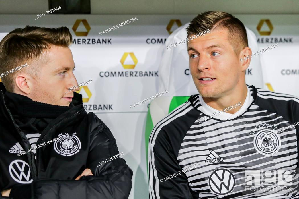Imagen: Wolfsburg, Germany, March 20, 2019: Toni Kroos and Marco Reus sitting on the bench during the international soccer game Germany vs Serbia at Volkswagen Arena.