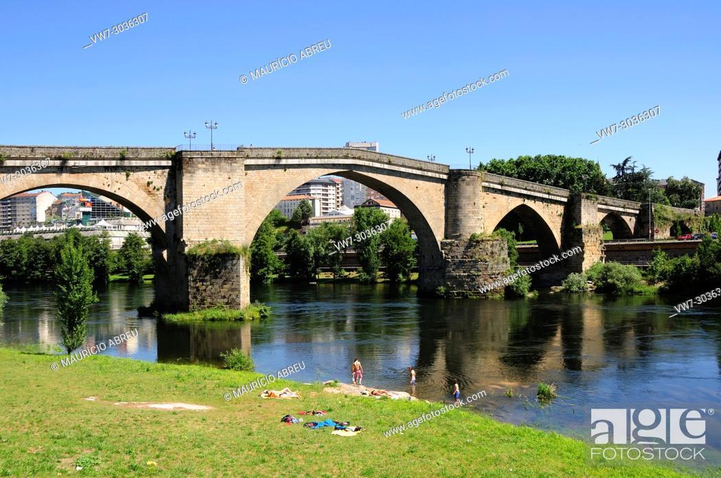 Imagen: Roman bridge along the Minho river. Ourense, Galicia. Spain.