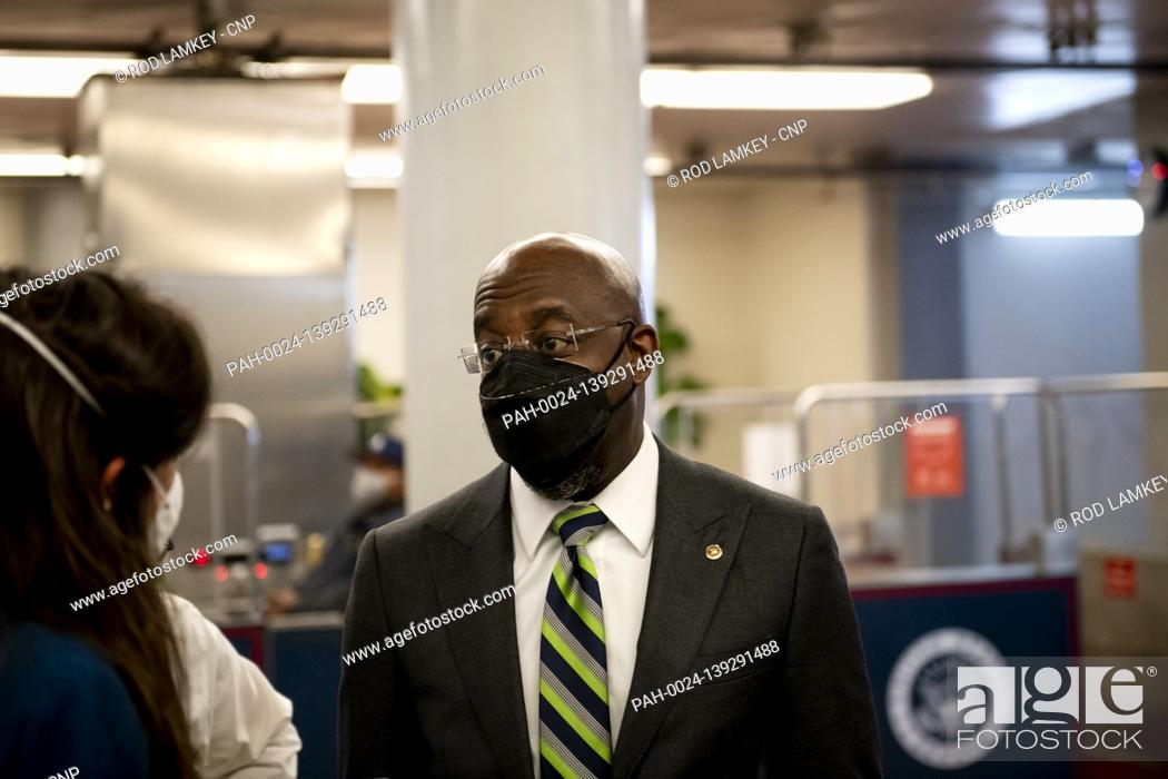 Imagen: United States Senator Raphael Warnock (Democrat of Georgia) talks with a reporter as he makes his exit following a procedural vote prompted by United States.