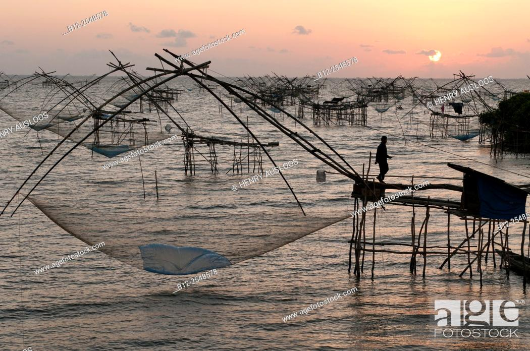 Imagen: Shore-operated lift net, on sunrise, Phatthalung, Southern Thailand.