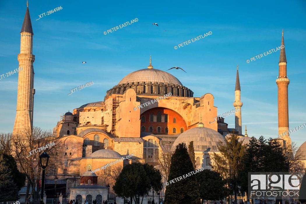 Imagen: Late afternoon light floods the domes and minarets of Aya Sofya, Sultanahmet, Istanbul, Turkey.