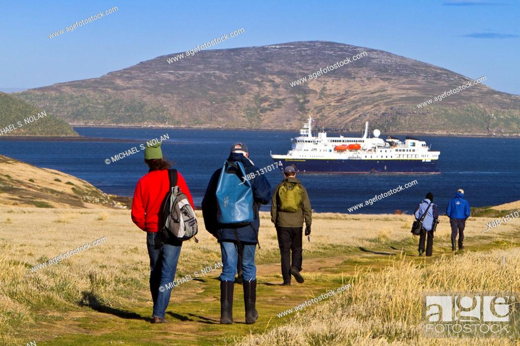 Imagen: Guests from the Lindblad Expedition ship National Geographic Explorer on New Island, Falkland Islands, South Atlantic Ocean  MORE INFO Lindblad Expeditions.