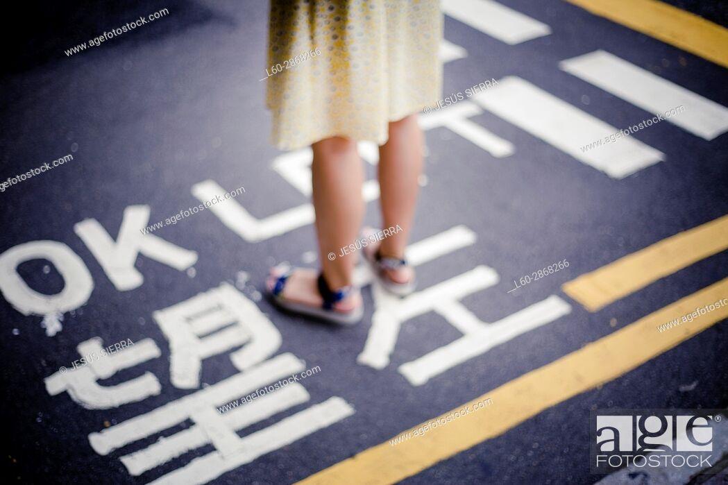 Imagen: Girl wait in road, Kowloon, Hong Kong, China.