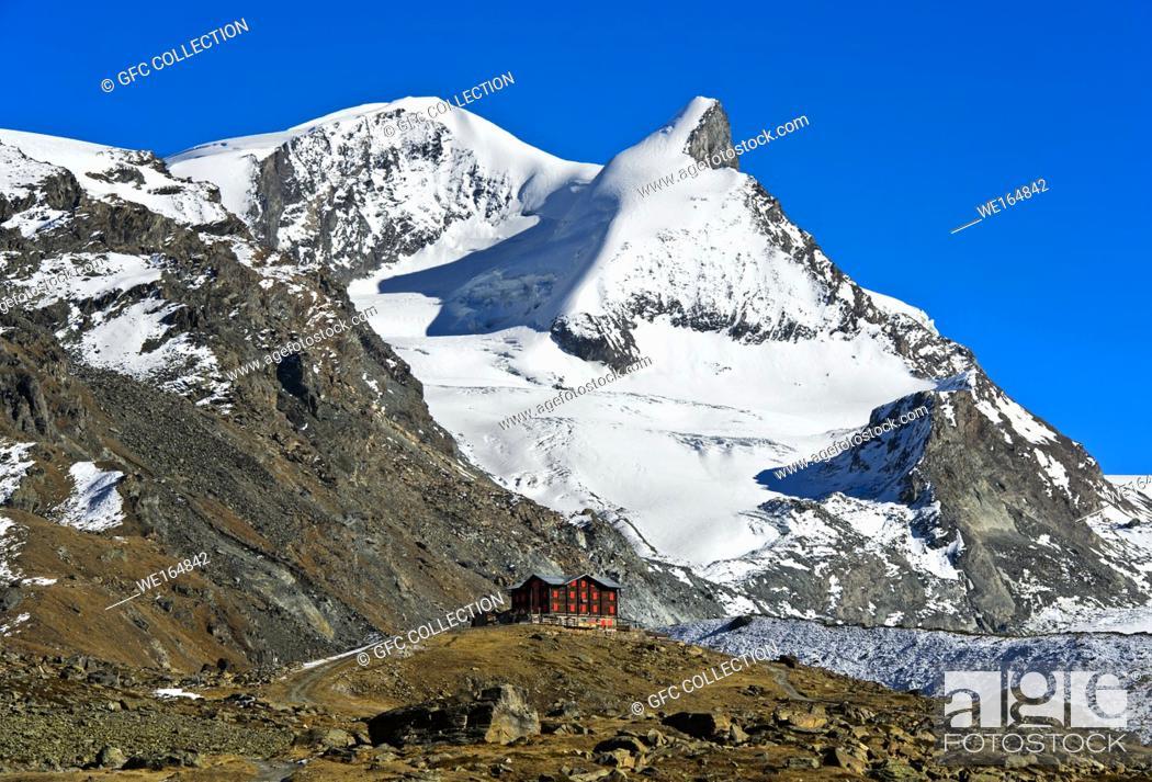 Photo de stock: The historical Fluhalp mountain restaurant beneath the peaks Strahlhorn and Adlerhorn, Zermatt, Valais, Switzerland.