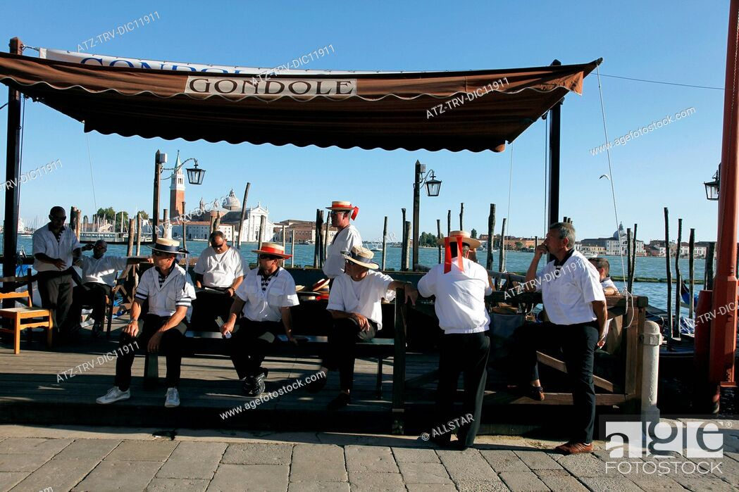 Imagen: GONDOLIERS WAITING FOR CLIENTS; VENICE, ITALY; 11/09/2010.