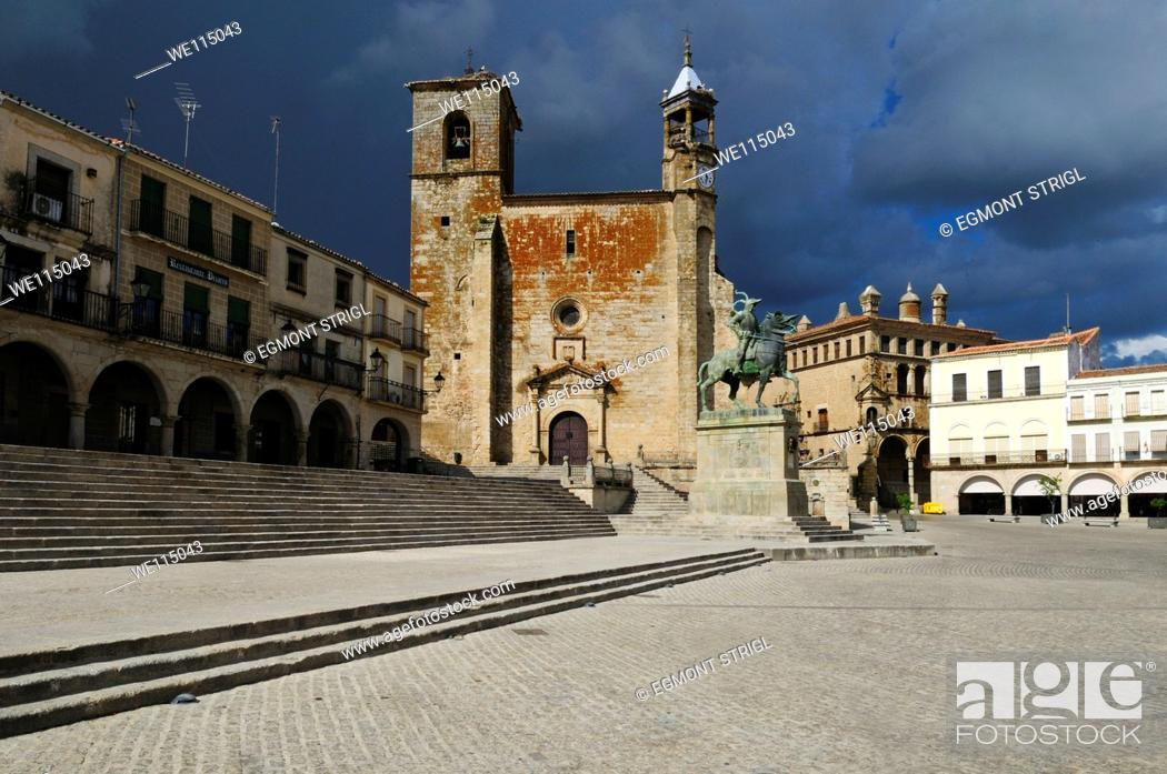 Imagen: Europe, Spain, Extremadura, Trujillo, Plaza Mayor, city square with San Martin church.
