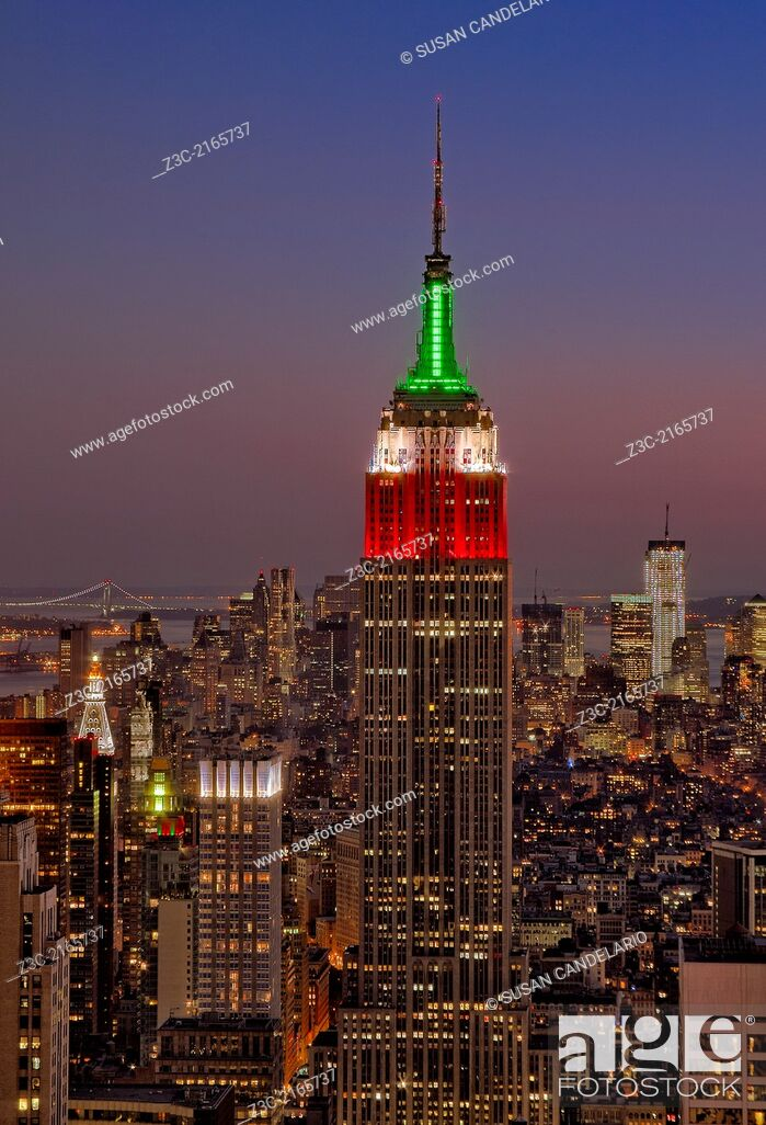 Imagen: A sunset view from Top Of The Rock in Rockefeller Center in New York City of the Empire State Building along with other skyscrapers.