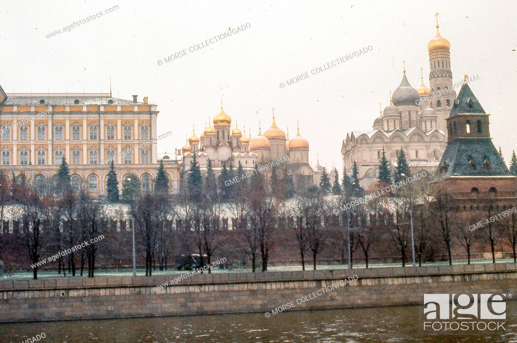 Imagen: View facing north of the southern wall of the Kremlin building complex, taken from the Sofiyskaya Embankment located across the Moscow River, November, 1973.