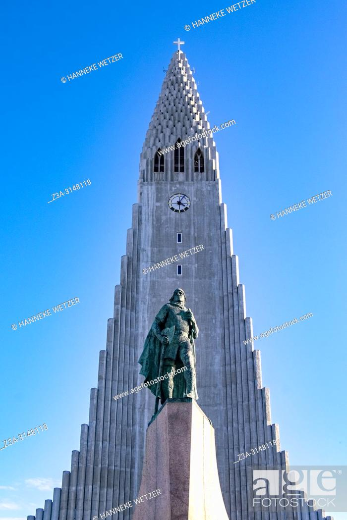 Imagen: Statue of Leif Erikson in front of Hallgrímskirkja, church of Hallgrímur, designed by architect Guðjón Samúelsson, Reykjavik, Iceland.