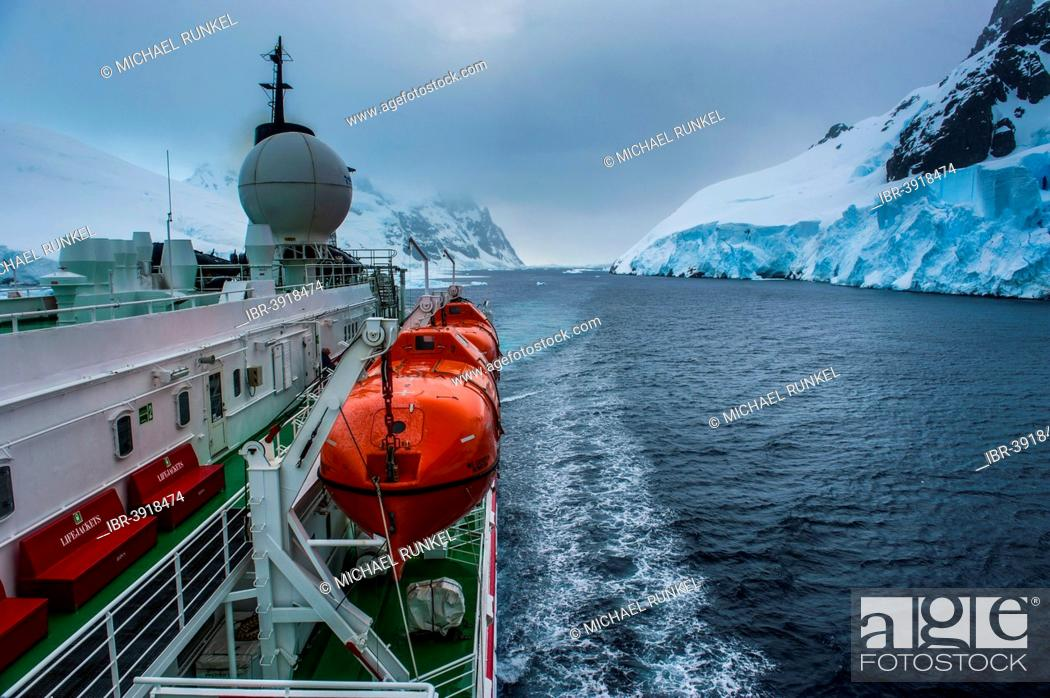 Imagen: Cruise ship shipping through the Lemaire Channel, Antarctica.